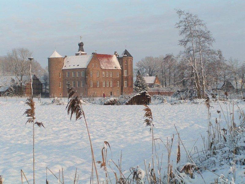 In de verte het kasteel Croy