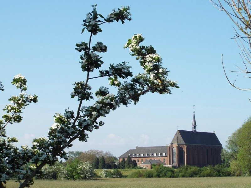 In de verte het klooster Sint Agatha