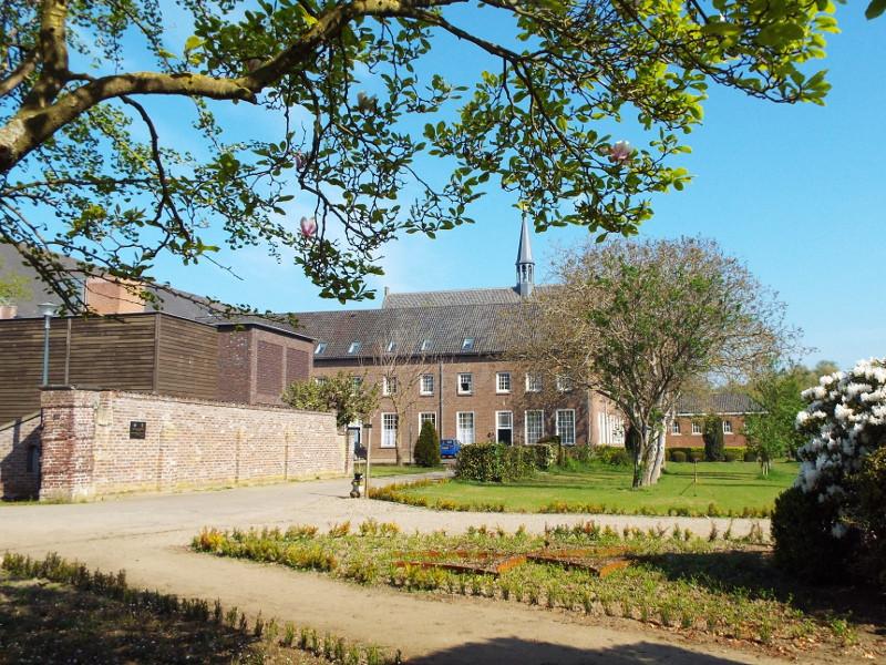 Het klooster gezien vanuit de kloostertuin