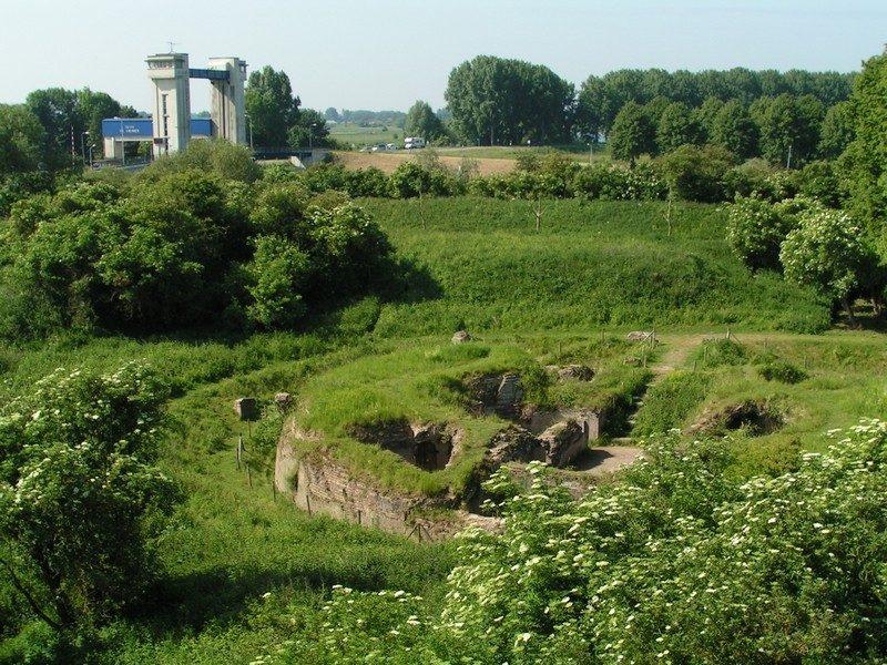 Fort Sint Andries met in de verte de Sint Andries sluis