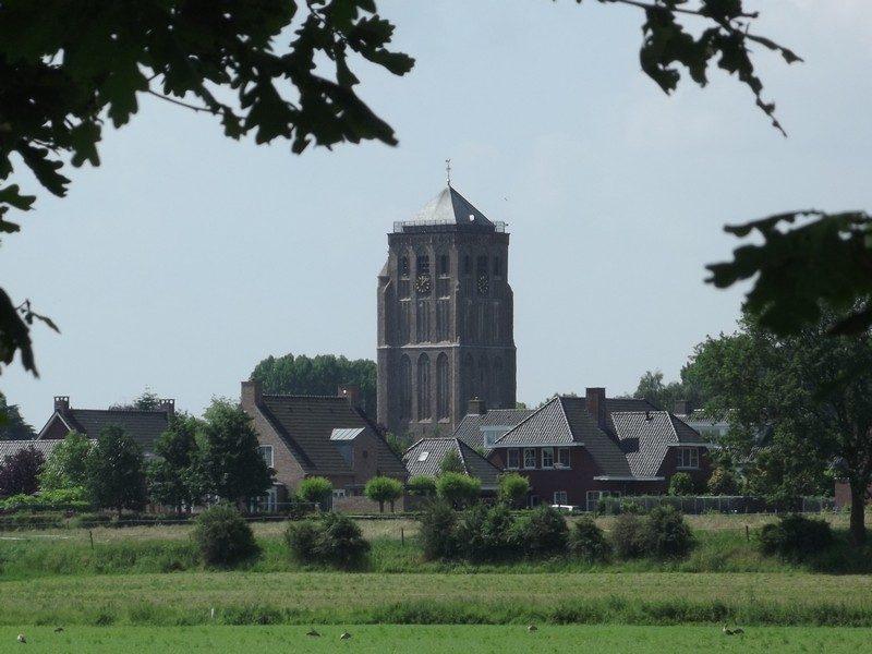 De kerktoren van Sambeek