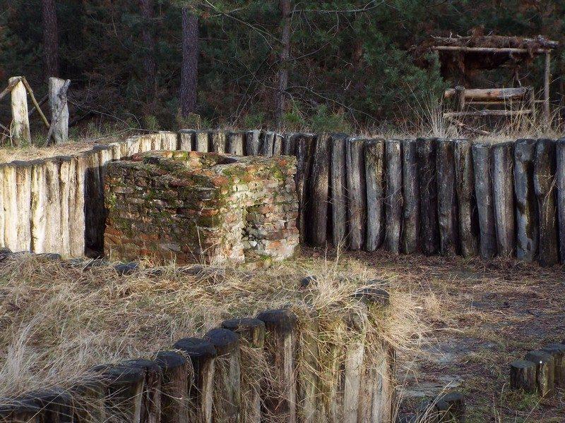 Nagebouwd onderduikerskamp Dennenlust met gedeeltelijk origineel stenen oventje
