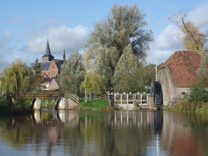 Friedesse molen met de kerk van Neer