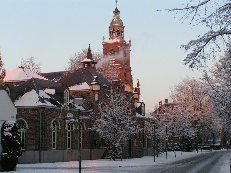 Kerk met op de voorgrond het voormalige gemeentehuis van Aarle-Rixtel