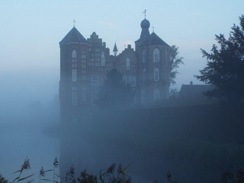 Kasteel Croy gehuld in ochtend mist