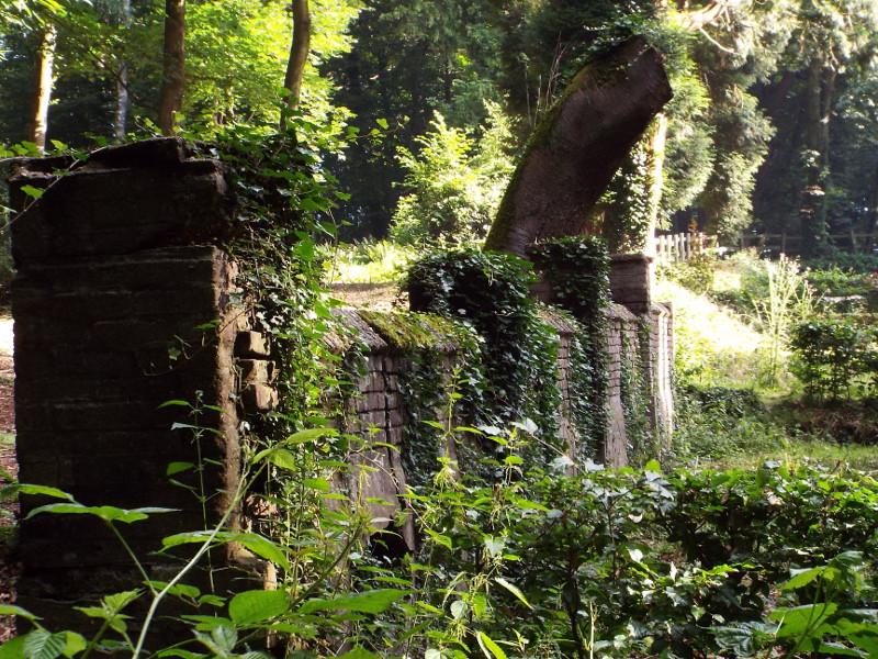Tuinmuur van het in WOII vernielde landhuis