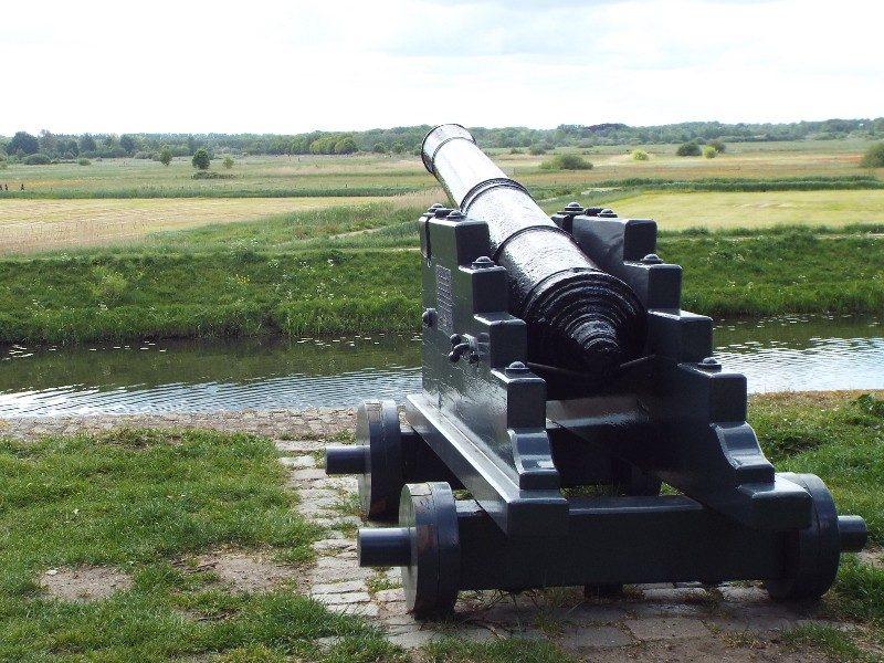 Kanon op wal met uitzicht over Bossche Broek