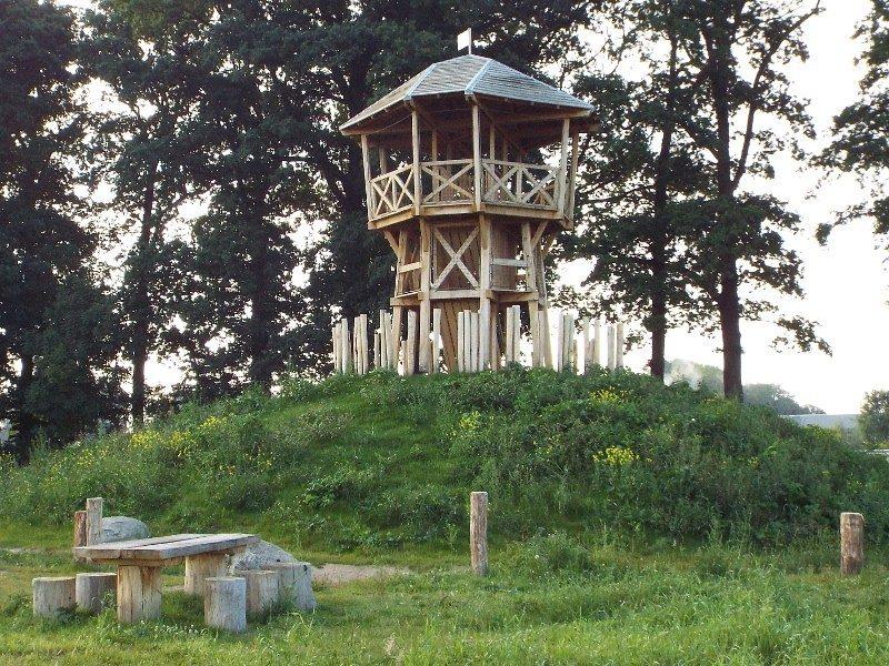 Uitkijktoren langs het riviertje de Aa
