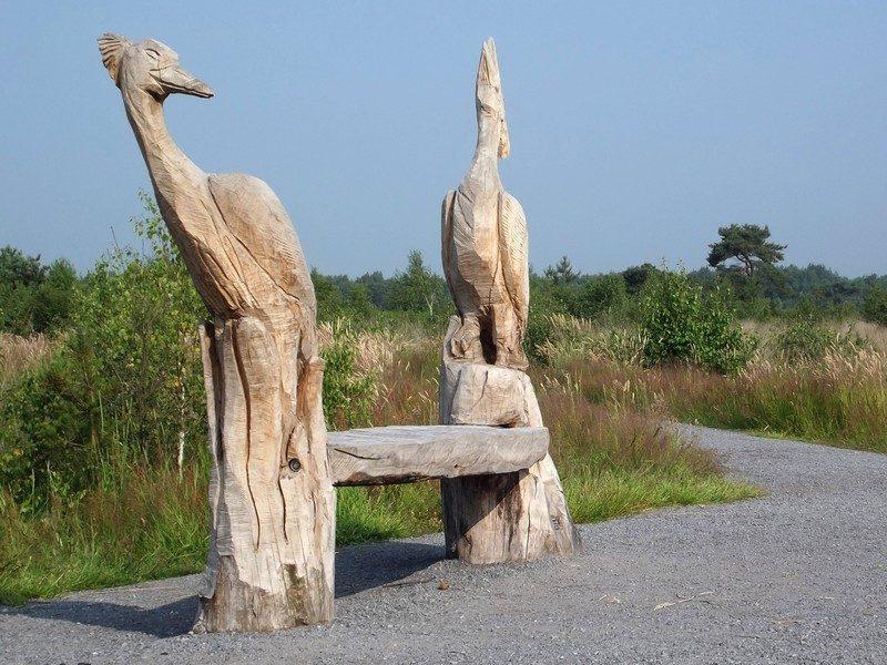 Leuk bankje met houten beelden