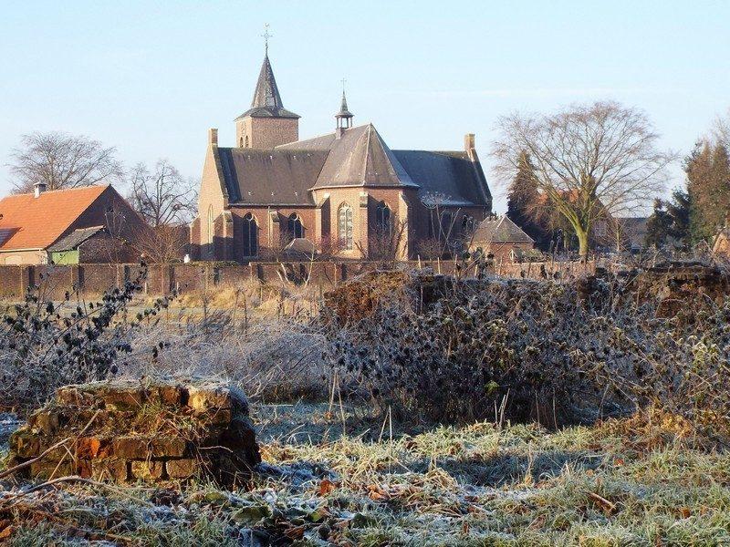 Restant van kasteel Blitterswijck met op de achtergrond de kerk