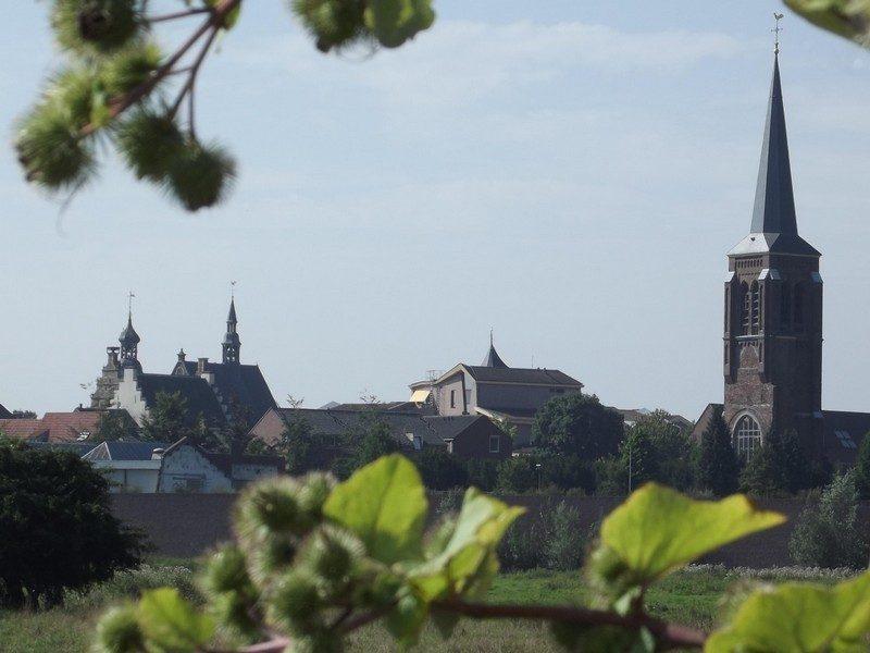 In de verte de kerktoren en het stadhuis van Gennep