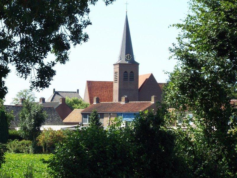 Doorkijk met de kerk van Bergen