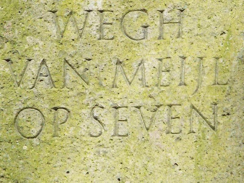 "Basaltzuil VIII met tekst ""Wegh van Meijl op Seven"""