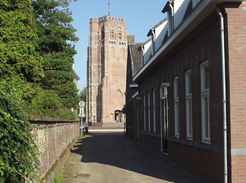 Straatje met zicht op De Oude Toren