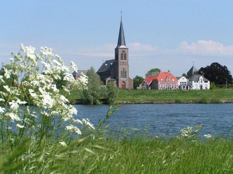 Aan overkant van de Maas het plaatsje Batenburg