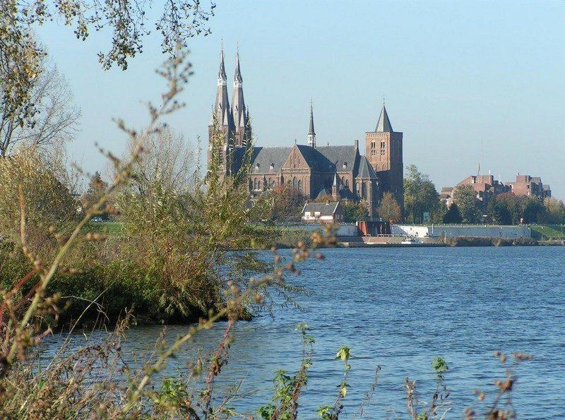 De Maas met zicht op de kerk van Cuijk