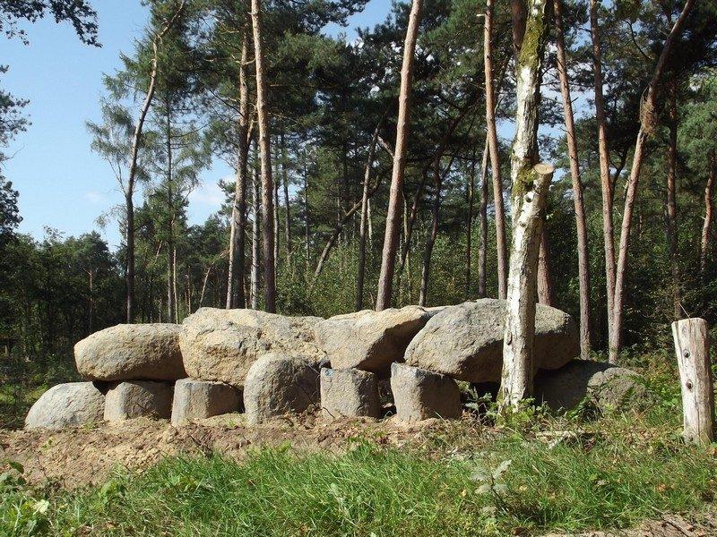 Hunebed als herkenning voor de natuurbegraafplaats