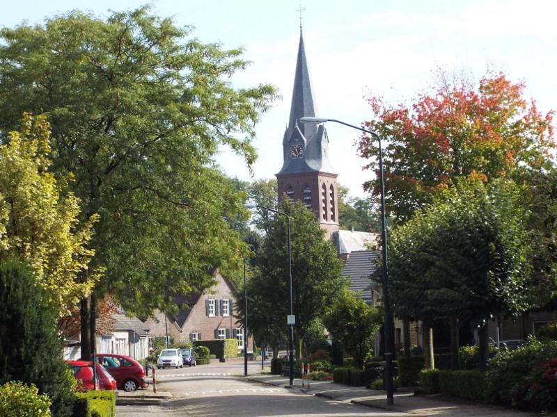Straat met zicht op de kerk van Handel