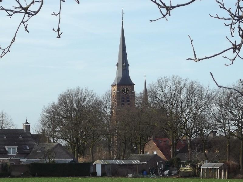In de verte de kerk van De Mortel