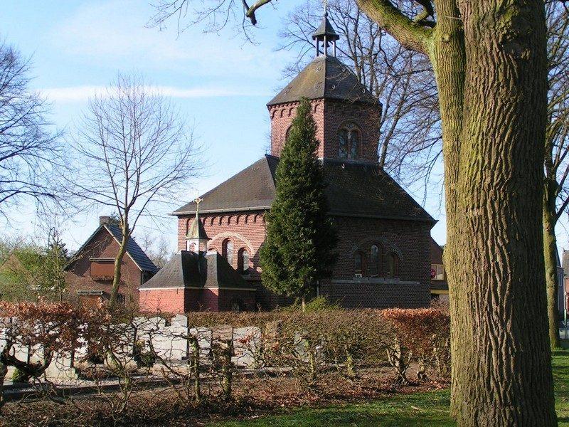 Kleine kapel herbouwd in 1688 naast de grote kapel gebouwd in 1909