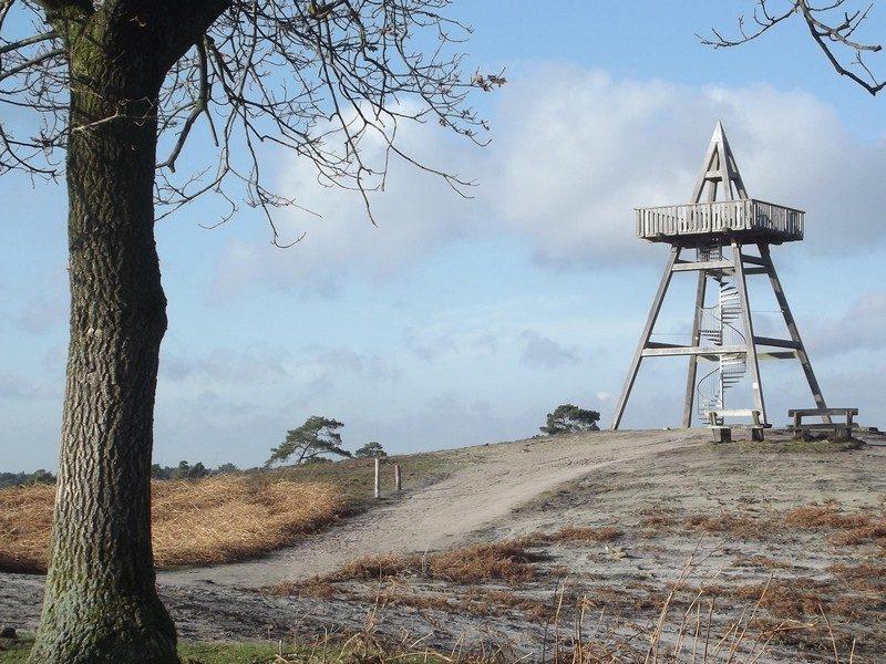 12,5 meter hoge uitkijktoren op de hoogste duin