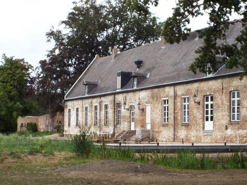 Een van de bijgebouwen