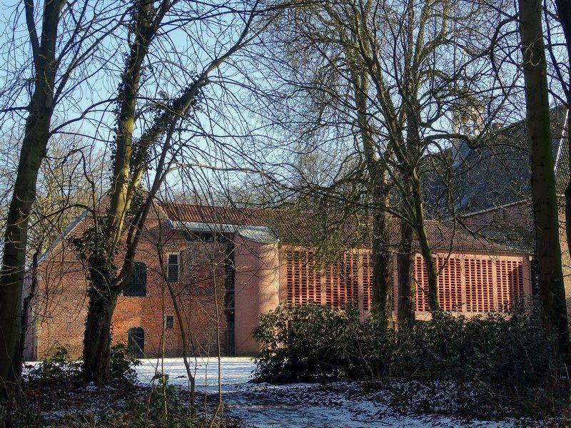 Het klooster gezien vanuit het bos