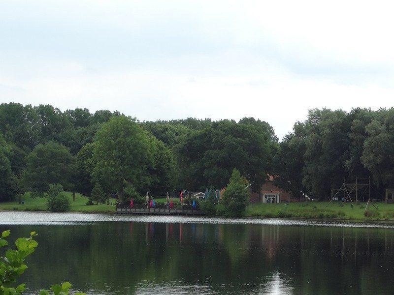 Een terras en een speeltuin aan de plas