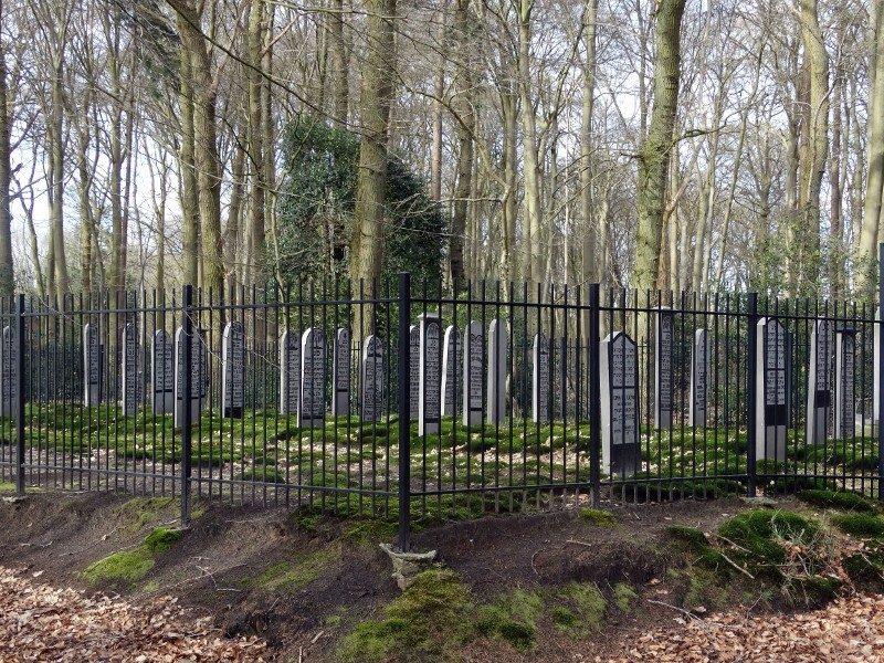 De Joodse begraafplaats midden in het bos