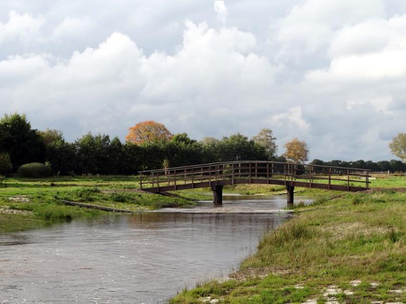 Een brug over de oude loop van de Ems