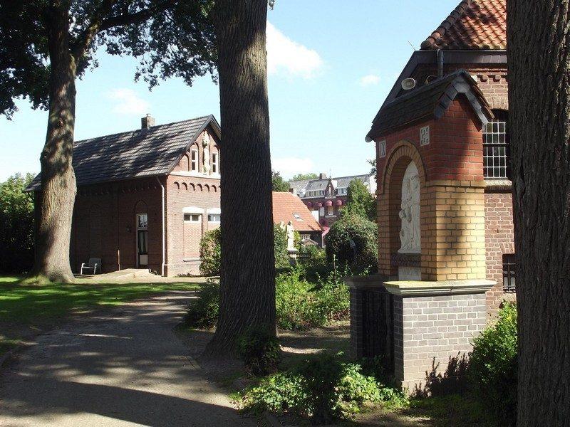 Kapelletje in directe omgeving van de kerk