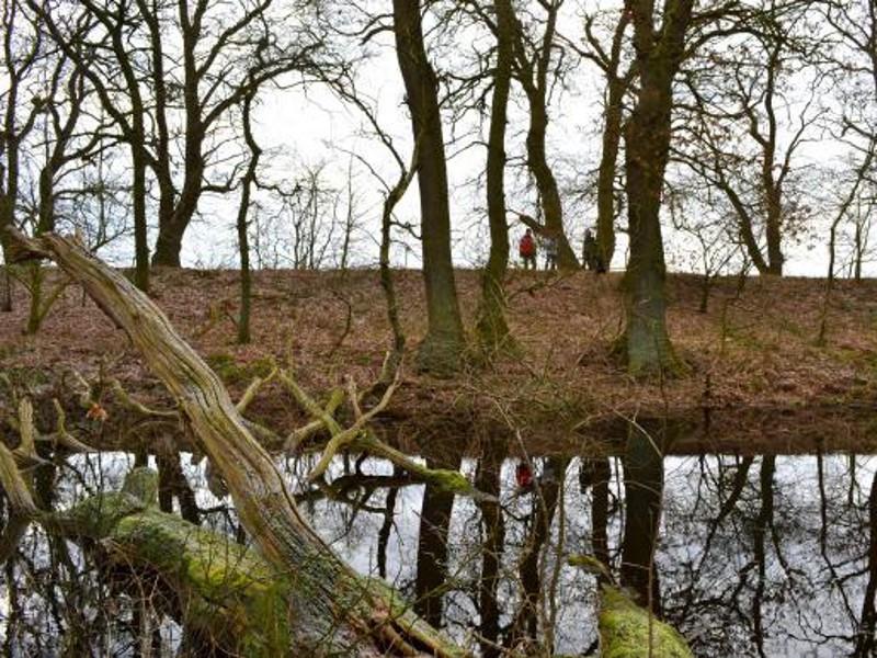 Wandelaars op de Leidijk.