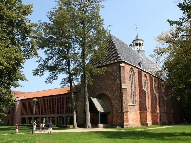 De nieuwe westvleugel van het klooster.