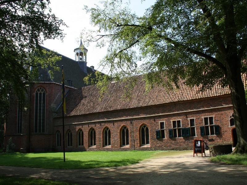 De ingang van het klooster in Ter Apel.