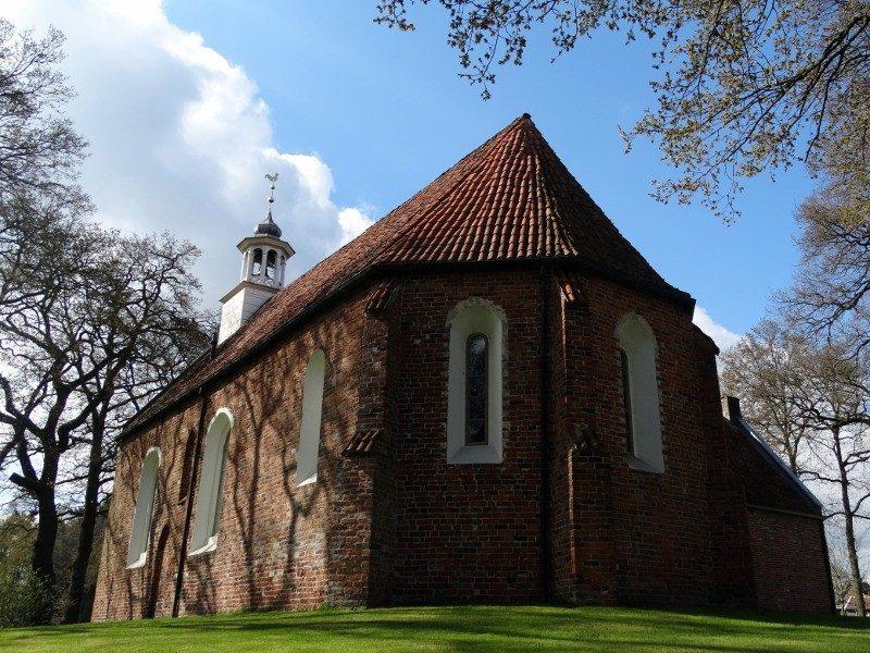 Nonnen en monniken op het dak van de middeleeuwse kerk