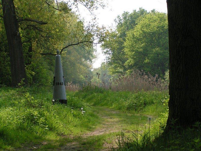 Grenspaal langs de Abeek