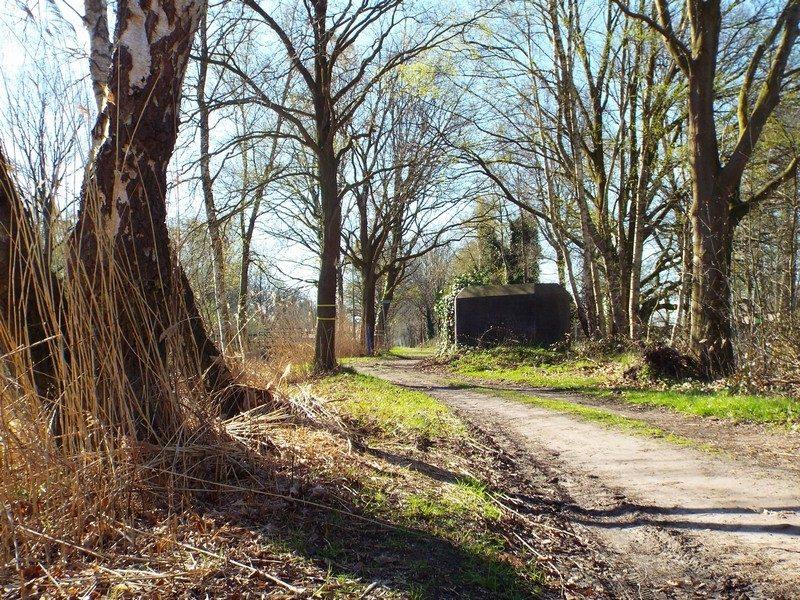 Pad langs kanaal van Deurne met kazemat