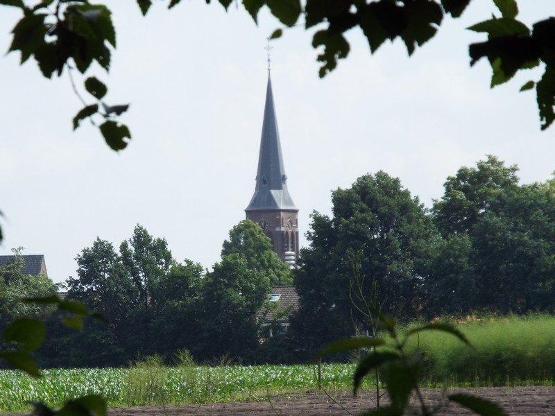 In de verte de kerk van Oostelbeers
