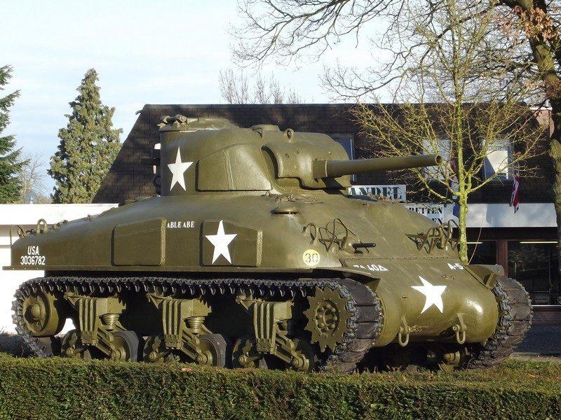 Tank bij ingang oorlogsmuseum