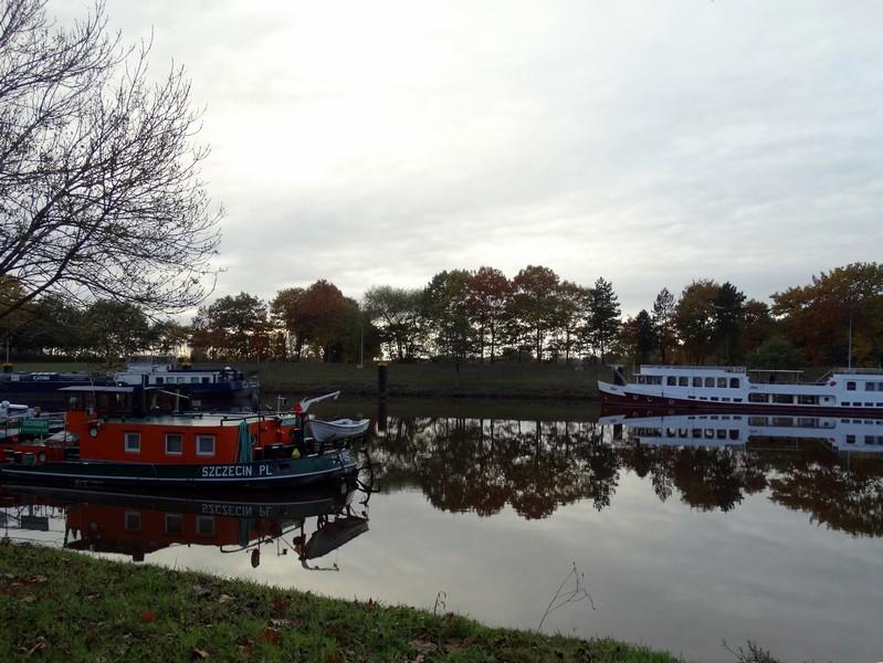 De 3 schepen liggen te wachten voor de sluis bij Düthe