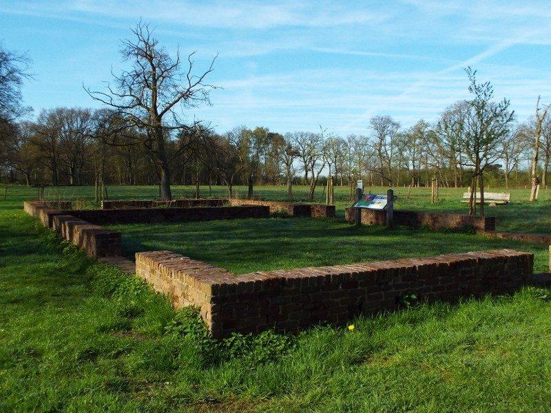 Fundament van een van de vijf boerderijen in de Balsvoort enclave