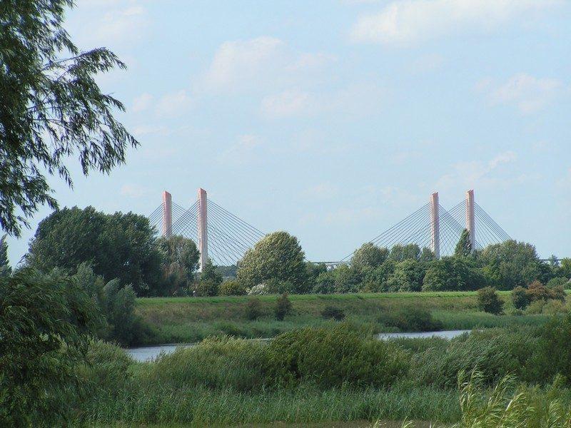 Zicht op de waalbrug bij Zaltbommel