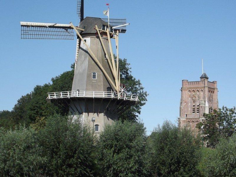 Molen Nooit Gedagt met de toren van de Sint-Martinuskerk