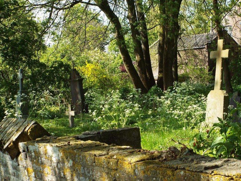 Oude begraafplaats naast voormalige pastorie
