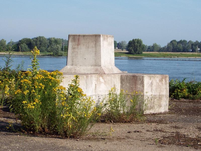 Betonnen blok in het kader van Baken s aan de rivier