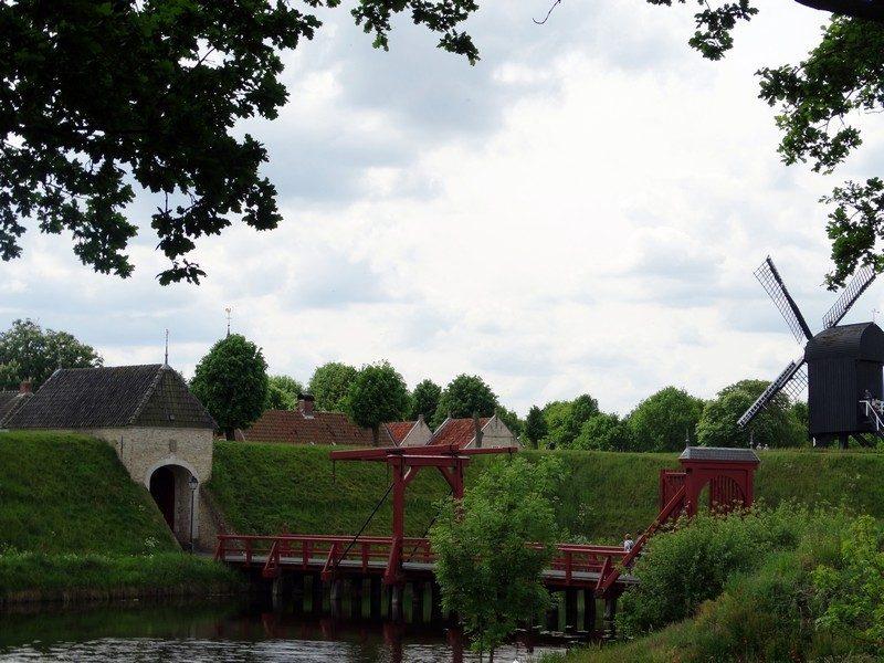 De Vriesse Poort en de standerdmolen vanaf de buitenste wal