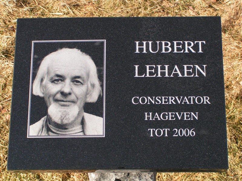 Plaquette ter nagedachtenis aan conservator van het Hageven
