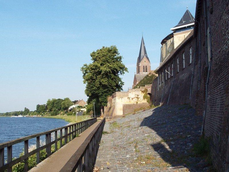 Kade langs vestingwal van het kasteel De Keverberg