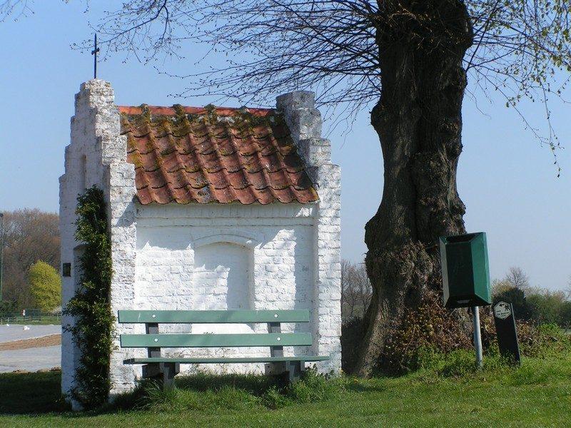 Bakhei's kapelletje nu in een lente zonnetje