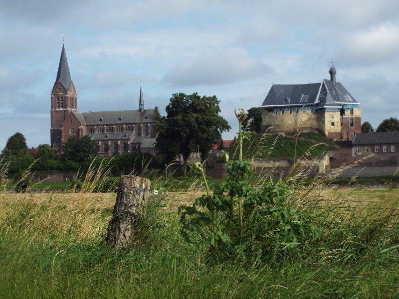 De kerk van Kessel en kasteel De Keverberg